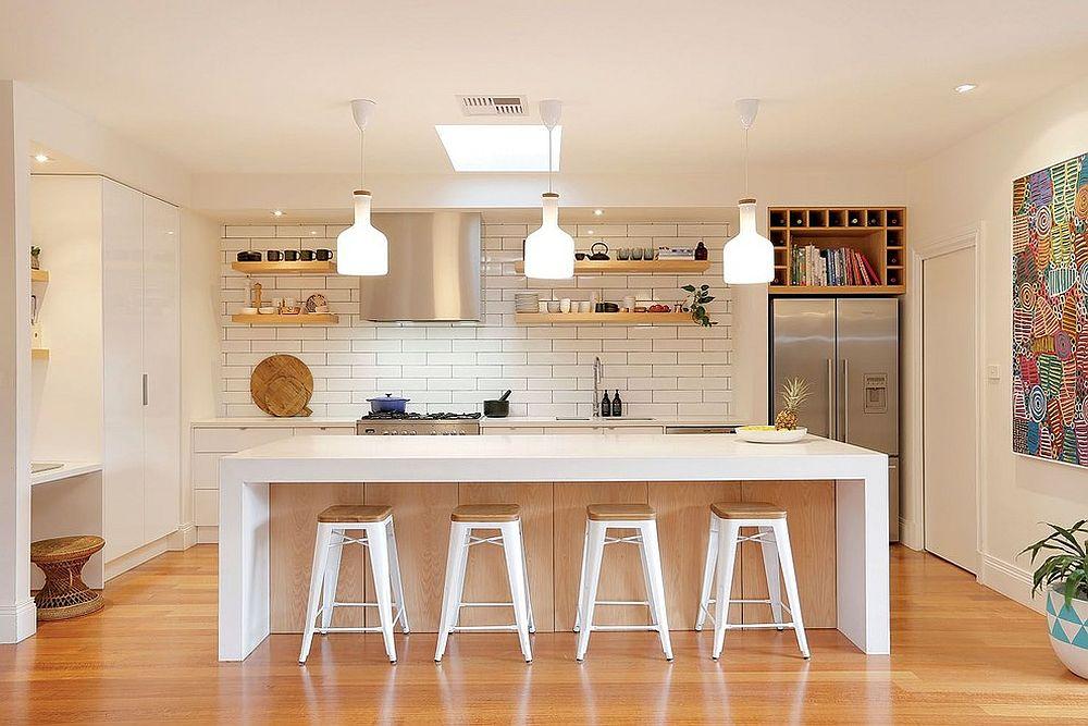 białe płytki, kolorowy obraz i drewniana podłoga to sprawdzony zestaw w skandynawskich kuchniach