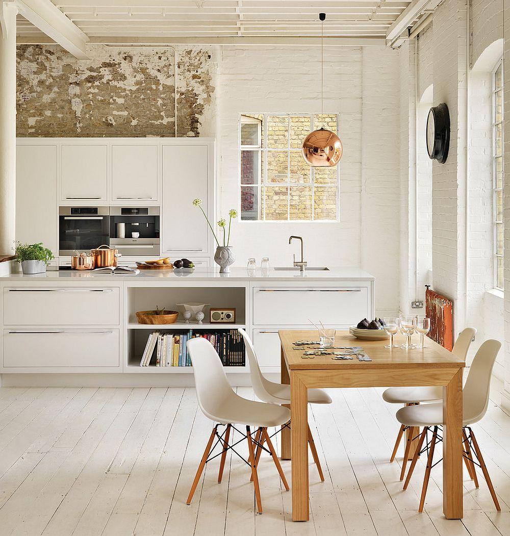 jasna kuchnia - jasna drewniana podłoga i miedziana lampa