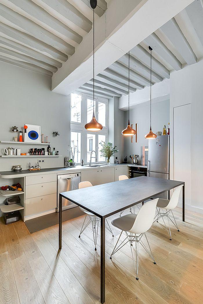 jasna kuchnia skandynawska z dekoracyjnymi lampami w kolorze miedzi