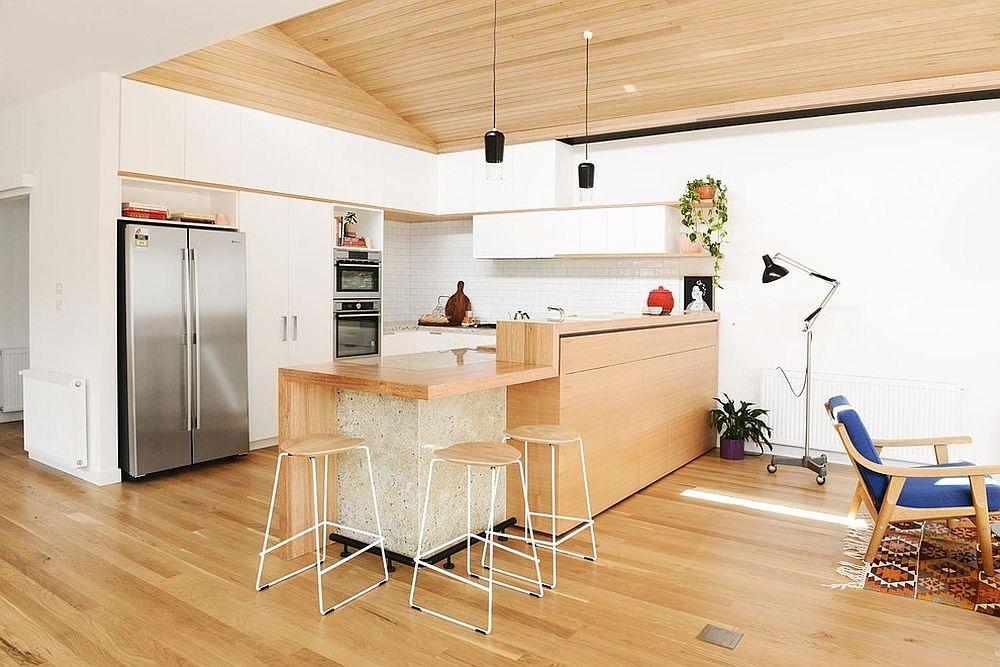 kuchnia skandynawska - drewno, biel oraz zielony akcent w postaci rośliny