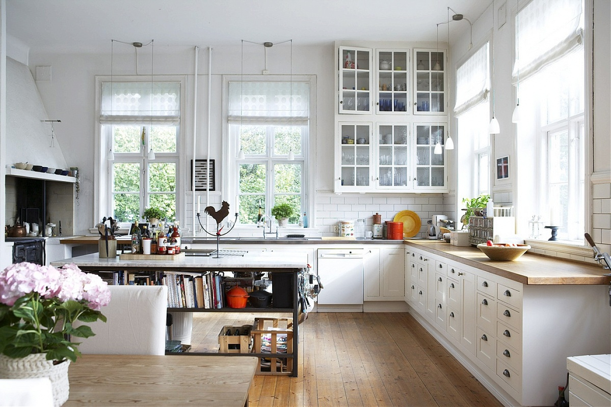 typowy wystrój kuchni w stylu skandynawskim - drewniane ramy okien i drzi szafek w kolorze białym