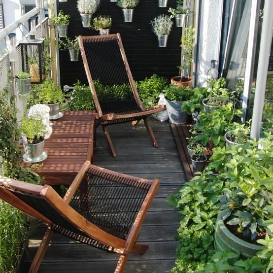 Balkon W Stylu Skandynawskim - Rattanowe Krzesła I Dużo Zieleni