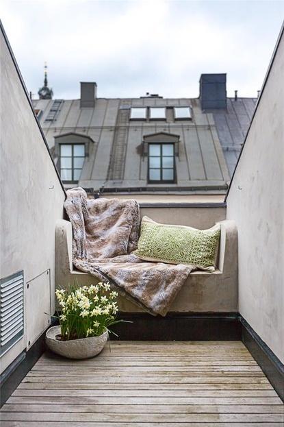 Balkon W Stylu Skandynawskim - Drewniana Podłoga, Koc i Poduszki