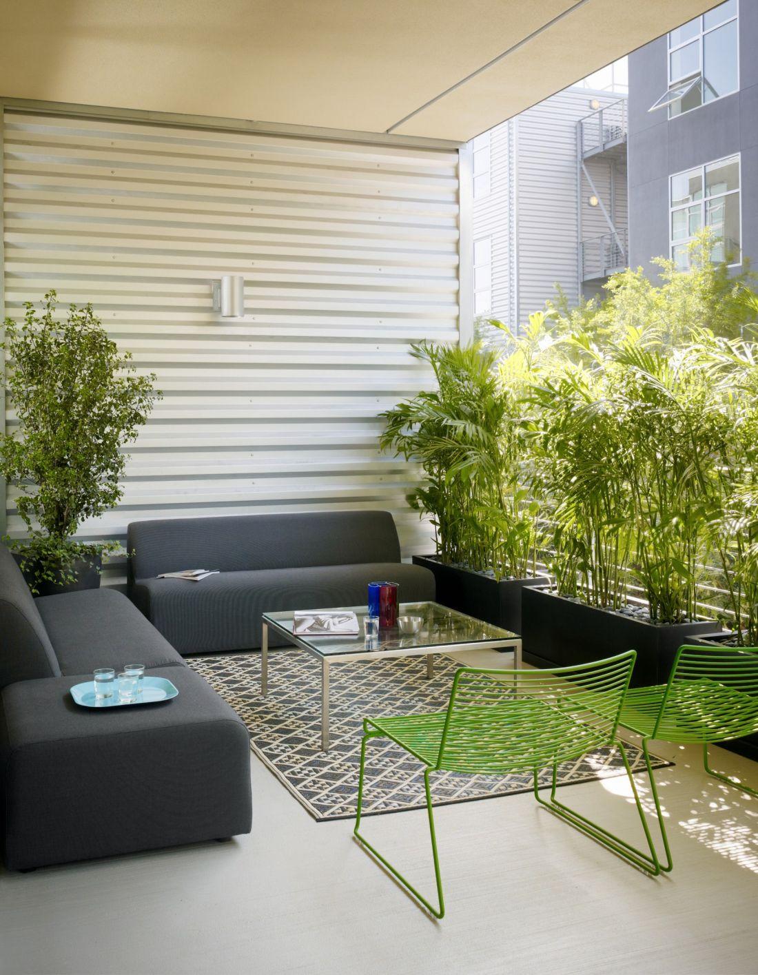 Sofa i stolik - meble ogrodowe w stylu skandynawskim