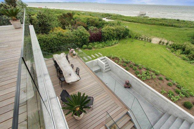Drewniany stół - balkon w stylu skandynawskim