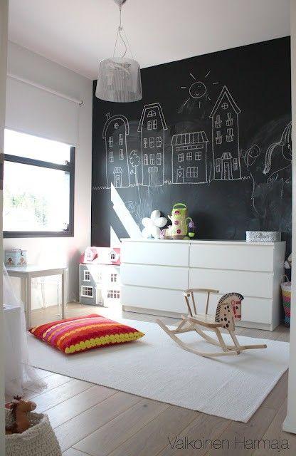 Pokój Dziecięcy W Stylu Skandynawskim - Żywe Kolory Dodatków Kontrastują Z Bielą