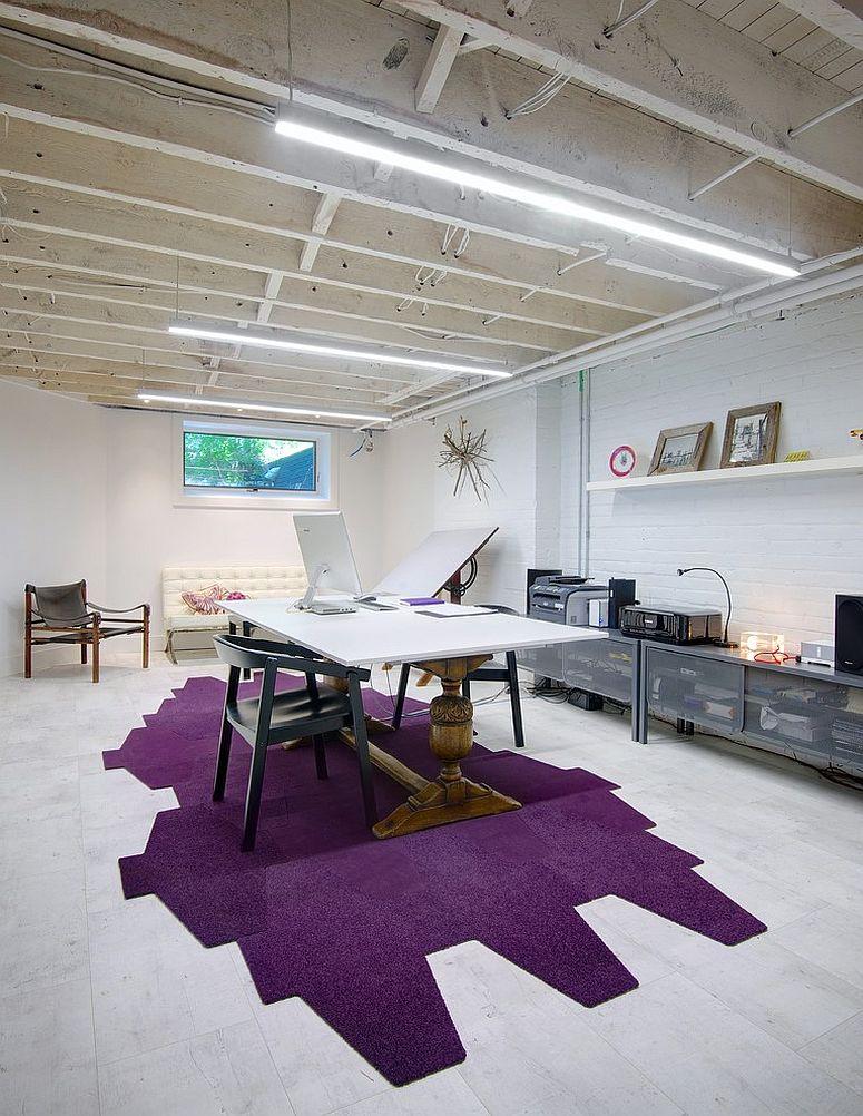 intensywny akcent w postaci fioletowej podłogi - domowy gabinet w stylu skandynawskim