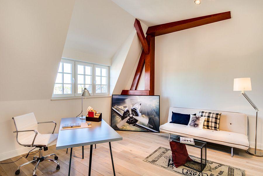 drewniana podłoga i stylowe biurko - domowy gabinet w stylu skandynawskim