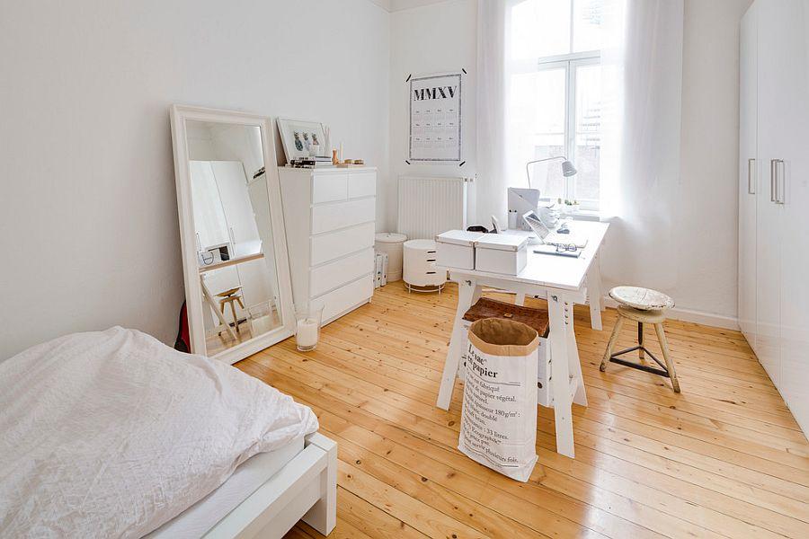 biel i naturalne drewno zawsze do siebie pasują - domowy gabinet w stylu skandynawskim