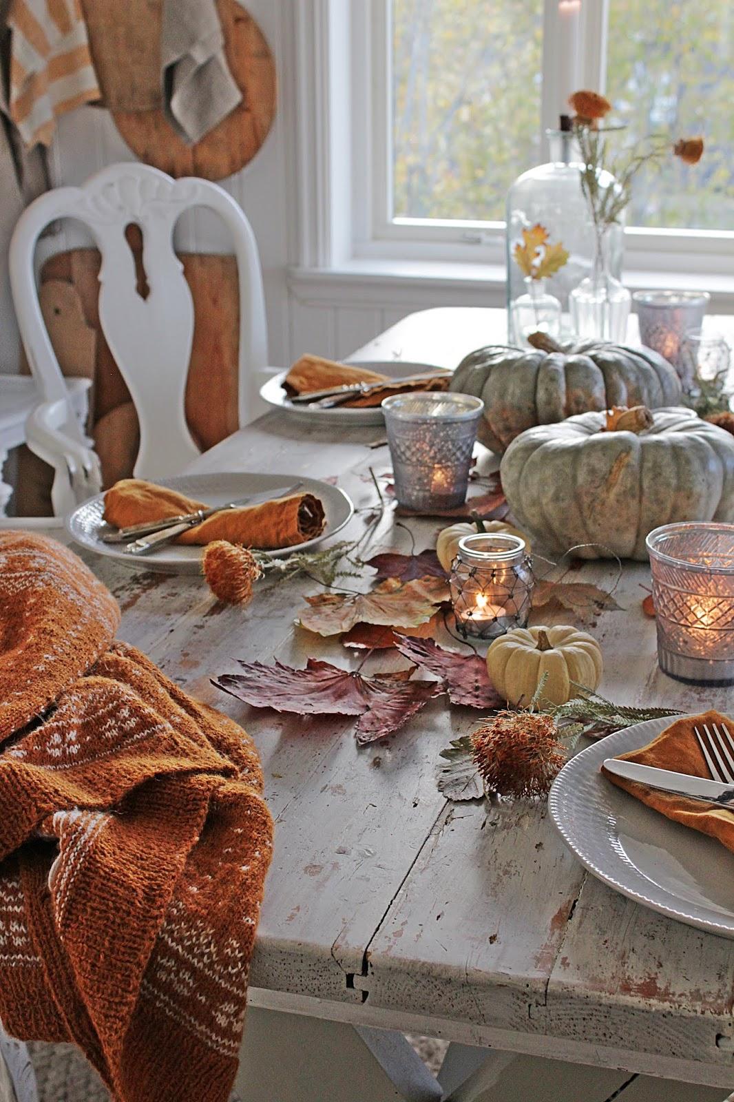 jesienny stół dekoracja z lampionami