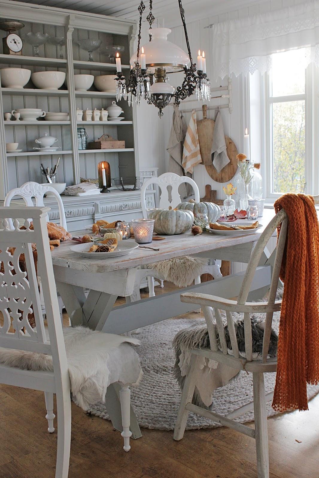 jesienny stół - futrzane pledy na krzesła