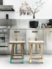Kuchenne_stołki_naturalne_drewno