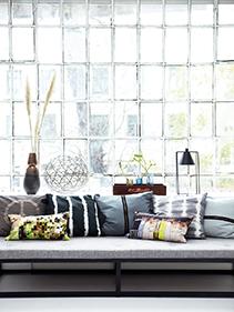 Sofa kolorowe poduchy House Doctor